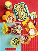 Nudelsalat mit Garnelen und Schinken für die Lunchbox