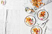 Asiatischer Lachs mit Garnelen, eingelegtem Salat und Dill-Limetten-Crème Fraîche