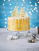 Vanille-Gewürz-Schokoladen-Dripping-Cake mit weissen Weihnachtsbäumen