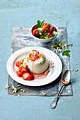 Vanille-Pannacotta mit Holunderblüten und Erdbeeren