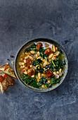 Cannellini-Suppe mit Schwarzkohl und Hackbällchen