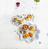 Verschiedene vegetarische Appetizer zu Weihnachten