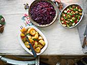 Weihnachtliche Beilagen (Bratkartoffeln, Rotkohl und Rosenkohl)