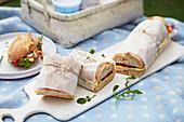 Gefülltes Regenbogen-Baguette zum Picknick