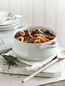 Rindfleischeintopf mit Rotwein und Karotten
