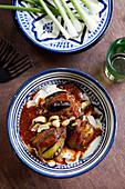 Fatteh makdous (Mit Lamm gefüllte Babyauberginen in Tomaten, Syrien)