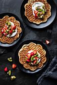 Waffeln mit Joghurt, Erdbeeren und Kiwi