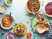Verschiedene mexikanische Gerichte (Reis, Chili-Taco-Cups mit Rindfleisch, Rotkohl-Chili-Salat)
