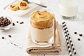 Dalgona Coffee im Glas auf Serviette