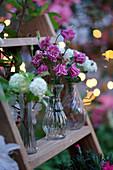 Kleine Sträuße mit Akelei 'Grandmother's Garden' und Schneeball