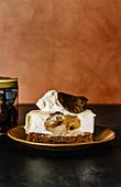 Weißes Schokoladenmousse-Törtchen mit Birnen und Cognac