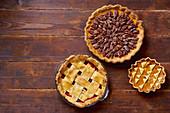 Verschiedene Pies zu Thanksgiving auf Holztisch