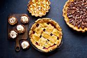 Pies mit Beeren, Kürbis und Pekannüssen zu Thanksgiving