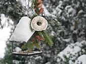 Kleines Vogelfutterhaus mit selbstgemachtem Meisenring