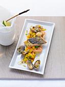 Fisch und Meeresfrüchte auf Safranreis