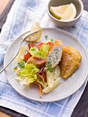 Gefülltes Zitronen-Backhendl mit Salat