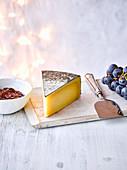 Englischer Cornish Kern Käse mit Trauben und Chutney