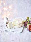 Englischer Brefu Bach (Little Bleat) Käse mit Feigen und Trauben