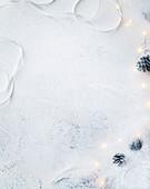 Heller Hintergrund mit Weihnachtsdeko