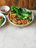 Nudeln mit knusprigem Schweinefleisch und Pak Choi