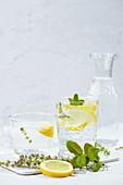 Thymian-Ingwer-Limonade mit Zitronenscheiben und Minze