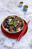 Koreanische Gochujang-Auberginen auf Reis
