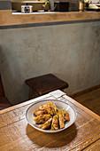 Traditionelle asiatische Gyozas mit Gemüsefüllung und Sriracha