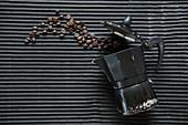 Espressokanne mit gerösteten Kaffeebohnen