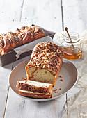Hefekuchen mit Haselnüssen und Honig
