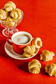 Sauerrahm-Kleingebäck mit braunem Zucker zum Kaffee