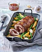 Schweineroulade gefüllt mit getrockneten Tomaten auf Kartoffeln und grünen Bohnen