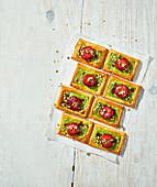 Blätterteiggebäck mit Pistazien-Puddingcreme und Pflaumen