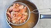 Brühe aus Garnelenschalen kochen