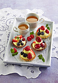 Tartlets with pudding cream and fruits