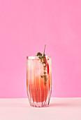 Cocktail mit Thymian und Chilischote