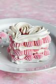 Baiser-Herz mit rosa Cremefüllung zum Valentinstag