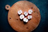 Apfelhälften auf Holzbrett