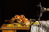 Schwedische Kardamombrötchen auf rustikalem Tisch mit Nähmaschine