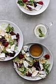 Salat mit Feta und Himbeeren und ein Glas Zitronenwasser