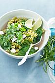 Grüne Minestrone mit Limette und Koriander