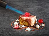Wagyu-Rinderfilet auf Gebäck mit Chili-Sahne-Sauce, Joghurt und marinierter Zwiebel (Türkei)