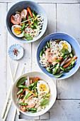 Asiatische Spargel-Bowl mit Ei, grünem Spargel und Garnelen