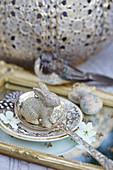 Silberner Osterhase auf Silberlöffel