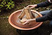 Aufbau von Holzscheite für das perfekte Grillfeuer