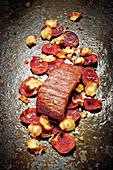 Gegrilltes Flank Steak mit Gemüsechips und Limettensalz
