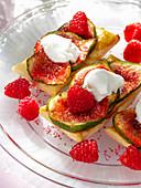 Puff pastries with figs, raspberries and yogurt