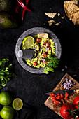 Vegetarische Guacamole mit Tomaten, Limette und Petersilie