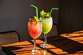 Cocktails mit Crushed Ice, Minze und Zitronenscheibe