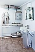Waschbecken, alter Pflanztisch als Ablage und Vintage Wandschrank im Bad