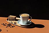 Tasse Milchkaffee und Butterkekse